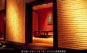 背の低い戸をくぐる「竹」でできた茶室風個室