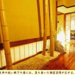 天井の低い廊下の先には、落ち着いた個室空間が広がる。